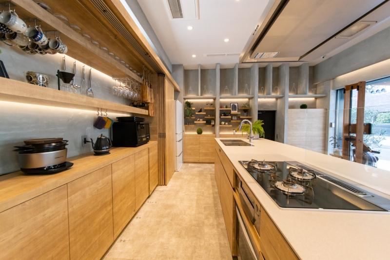 コンクリートと木の組み合わせがおしゃれなキッチンスタジオ|FREEDA